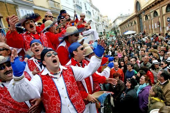 Un Coro de Carnaval cantando en la Plaza de Abastos