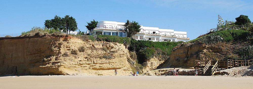 Blick auf die Villen Flamenco Beach Apartments vom Strand Fuente del Gallo in Conil
