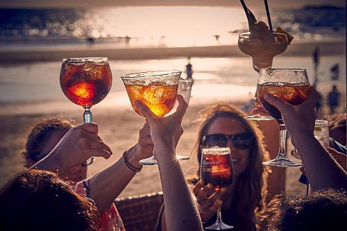 Copas al atardecer en el Chiringuito Feduchy Playa en la Playa de La Fontanilla